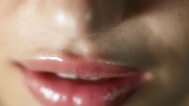 vidéos et rushes de gros plan de femme souriant - lèvres