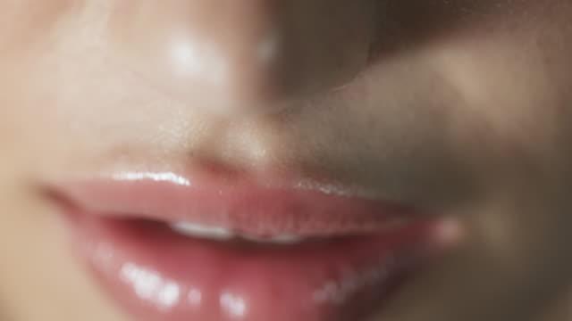 stockvideo's en b-roll-footage met woman smiling closeup - menselijke mond