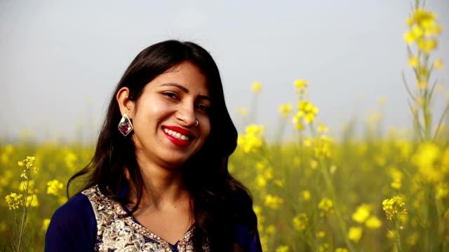 lächelnde frau porträt-nahaufnahme - indischer abstammung stock-videos und b-roll-filmmaterial