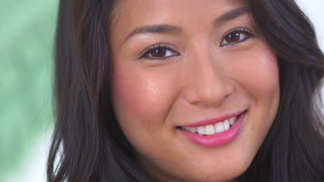 vídeos de stock, filmes e b-roll de woman smiling - olhos castanhos