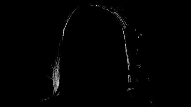 vidéos et rushes de femme fumer une cigarette - femme fatale