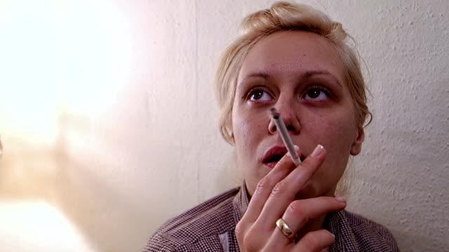 frau rauchen zigarette - smoking stock-videos und b-roll-filmmaterial