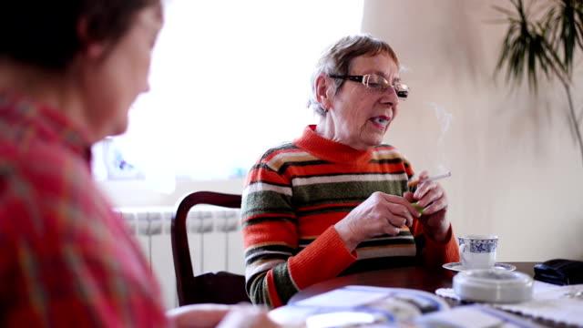 donna di fumare sigaretta. - cinquantenne video stock e b–roll