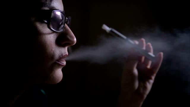 喫煙 e-cigarette 女性 - 代理点の映像素材/bロール