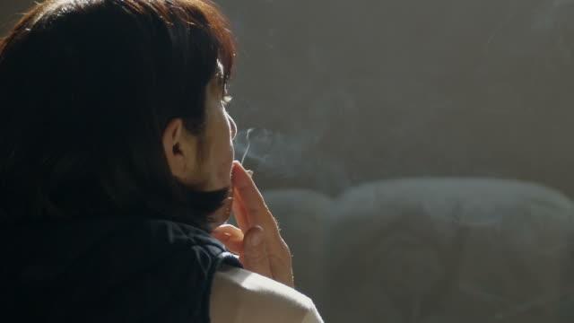 woman 禁煙)、slow motion (スローモーション) - 煙草製品点の映像素材/bロール
