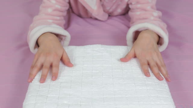 Frau entspannenden eine frische, weiße Handtücher im Bett.