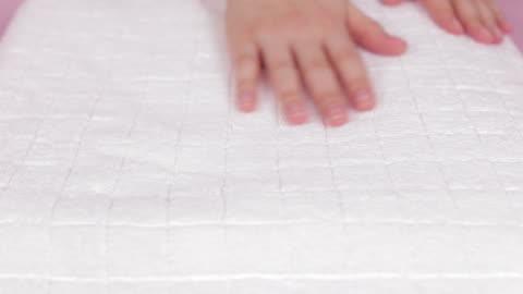 vídeos y material grabado en eventos de stock de mujer suavizado una toalla fresca blanca en la cama. - smooth