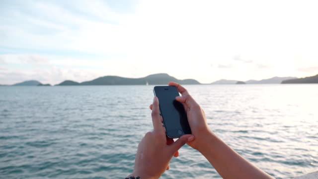 vídeos y material grabado en eventos de stock de enviar mensajes de texto sms de mujer - sólo mujeres jóvenes