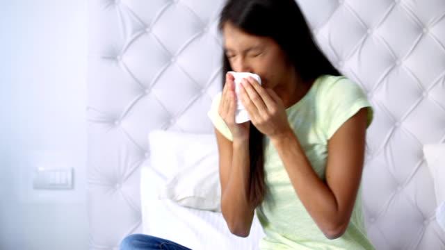 vídeos y material grabado en eventos de stock de estornudos. - estornudar