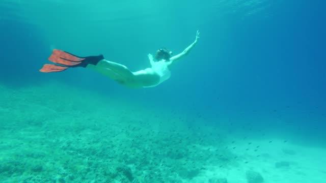 ms 女性水中青い海でシュノーケ リング - 水着点の映像素材/bロール
