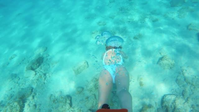vidéos et rushes de woman ms plongée sous-marine dans l'océan bleu - maillot de bain femme