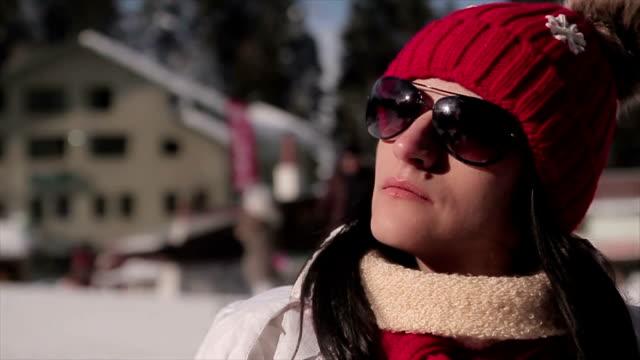 vídeos de stock e filmes b-roll de woman snowboarder,portrait - óculos