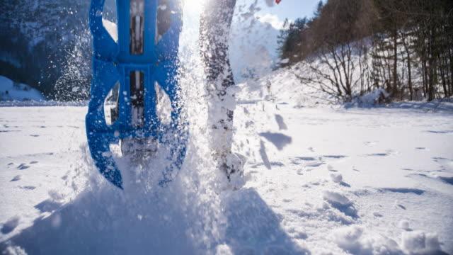 vidéos et rushes de femme raquettes sur neige fraîche - randonnée en montagne