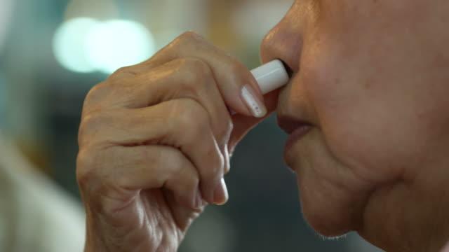 frau schnupftabak thai trockene nase tabak - snuff stock-videos und b-roll-filmmaterial
