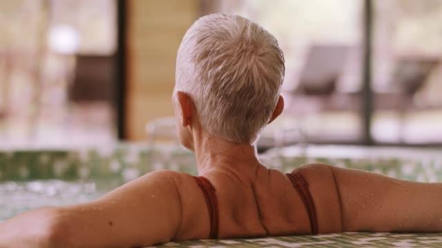 vidéos et rushes de femme tremper dans le bain à remous - établissement de cure
