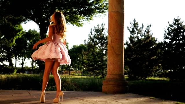 vídeos y material grabado en eventos de stock de girando alrededor en elegante vestido de mujer - tacones altos