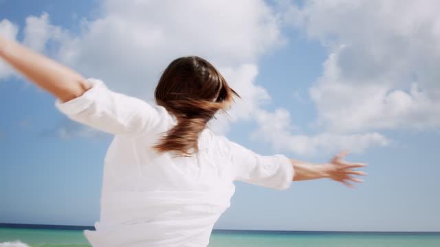 女性のビーチでのスピニング - スーフィズム点の映像素材/bロール