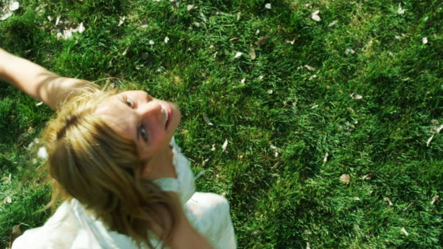 stockvideo's en b-roll-footage met woman spinning on the grass - jurk