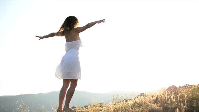 vídeos de stock e filmes b-roll de woman spinning. slow motion - vestido branco