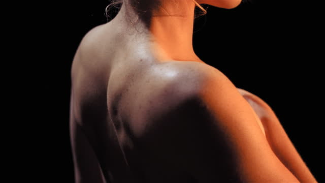 woman spinning to show back - 人間の関節点の映像素材/bロール
