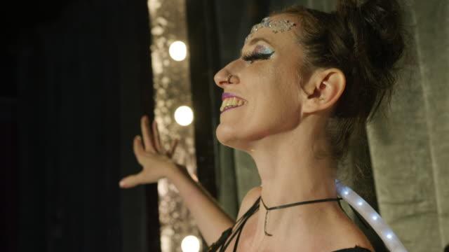 vidéos et rushes de woman spinning with luminescent plastic hoop - théâtre burlesque