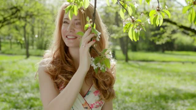vídeos de stock, filmes e b-roll de rodadas de mulher longe do ramo - parque natural