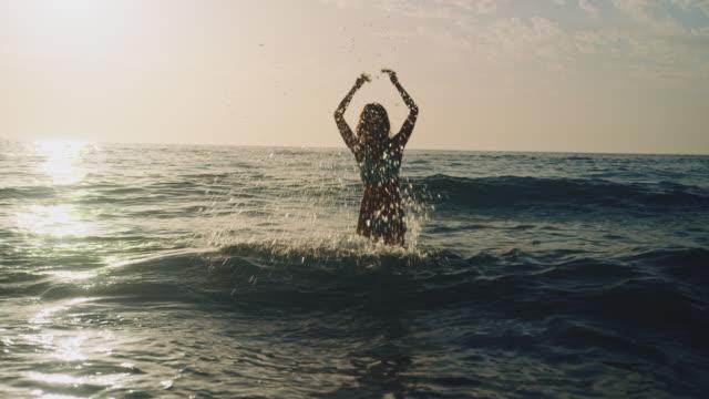 vidéos et rushes de femme nager dans l'océan - maillot de bain femme