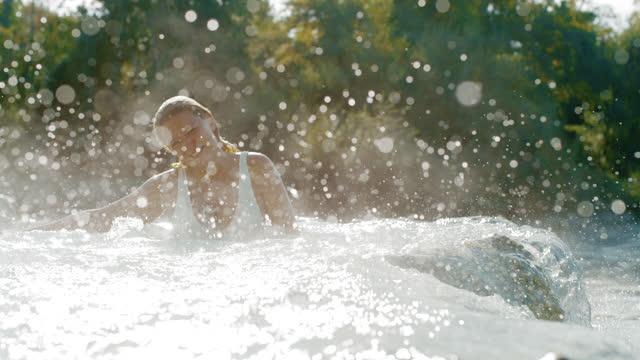 super slo mo frau spritzt thermalwasser in den saturnia heißen quellen - thermalquelle stock-videos und b-roll-filmmaterial