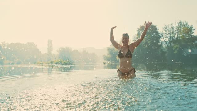 カメラに水を飛び散るスーパースローmo女性 - 美しい人点の映像素材/bロール