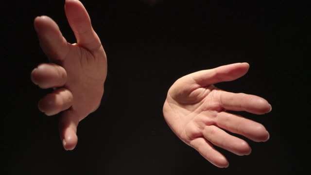 vídeos de stock, filmes e b-roll de mulher se espalhando com as mãos em fundo preto - mãos juntas