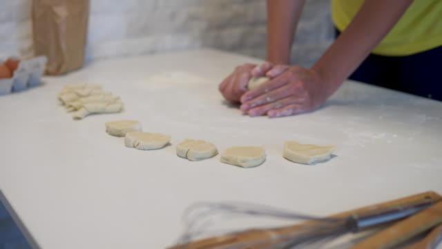 vídeos de stock, filmes e b-roll de mulher que está na cozinha pela tabela e que ama a massa de pão - receita