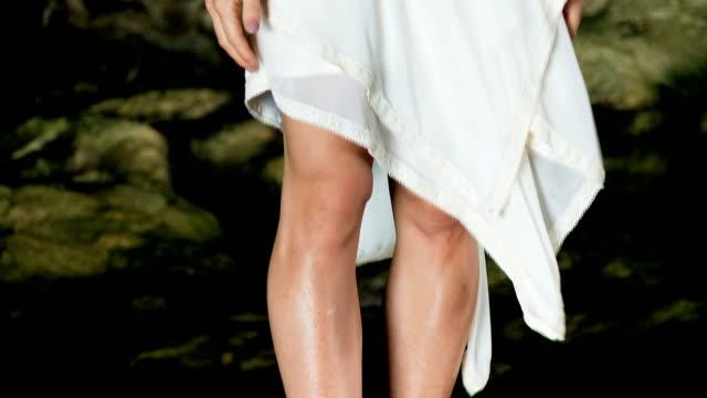 vidéos et rushes de femme debout sur un rocher - robe blanche