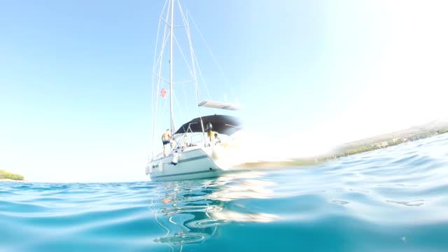 """vídeos de stock, filmes e b-roll de """"pov mulher em pé em um veleiro"""" - ponto de vista de câmera"""