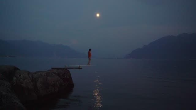 ジュネーブ湖のダイビングボードに立つ女性 - 溜水点の映像素材/bロール