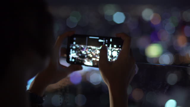 立っている女性が街の写真を撮る。 - 整える点の映像素材/bロール