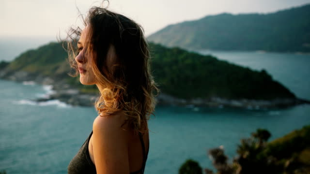 vídeos de stock e filmes b-roll de woman standing on the cape in thailand - hair