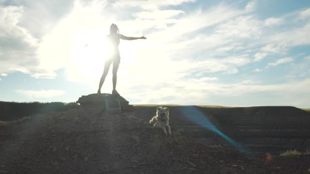 stockvideo's en b-roll-footage met vrouw staat in vrijheid pose op de bergtop - alleen één mid volwassen vrouw