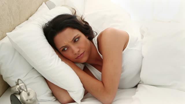 woman staying in bed - 横向きに寝る点の映像素材/bロール