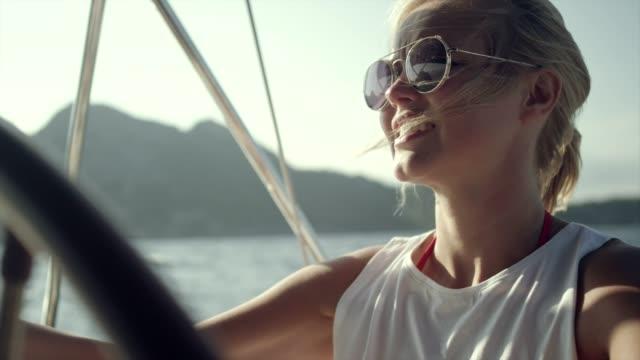 frau steuert die yacht - segel stock-videos und b-roll-filmmaterial