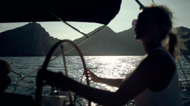 女性がヨットを操縦します。 - アウトドア点の映像素材/bロール