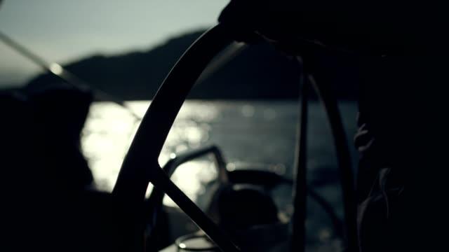 女性の足とヨットを操縦します。 - 帆点の映像素材/bロール