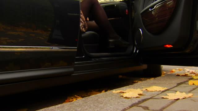 frau schritte von dem auto - parking stock-videos und b-roll-filmmaterial