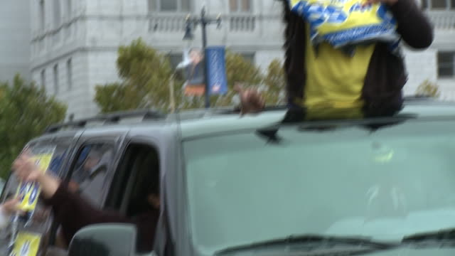 ms woman sticking out of car sunroof holding up proproposition 8 sign outside san francisco city hall/ pan ms woman tearing sign off of parked car... - ゴーティー点の映像素材/bロール