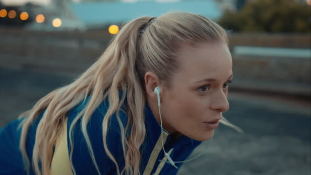 stockvideo's en b-roll-footage met woman stops jogging - beëindigen