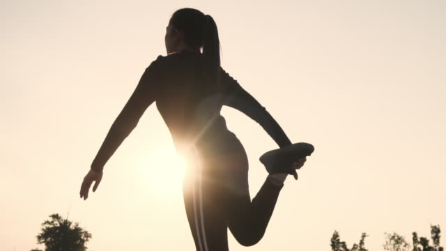 vídeos de stock e filmes b-roll de woman streching in the morning before runner - membro