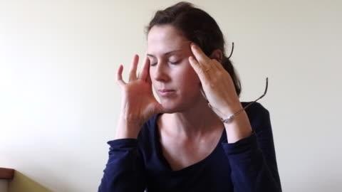 vidéos et rushes de woman stressed over accounting  work - temps limité