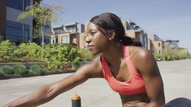 Femme étirement avant une course
