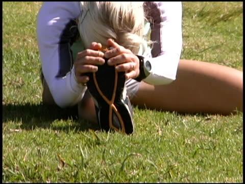 woman stretching in field - einzelne frau über 30 stock-videos und b-roll-filmmaterial