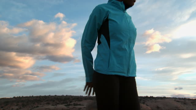 woman stretching outdoors with blue sky and clouds - andere clips dieser aufnahmen anzeigen 1147 stock-videos und b-roll-filmmaterial