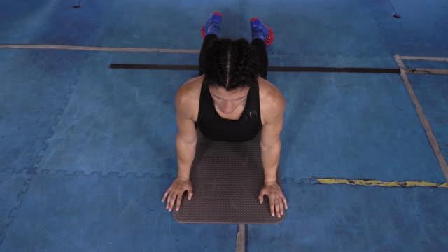 stockvideo's en b-roll-footage met woman stretching - benen gespreid